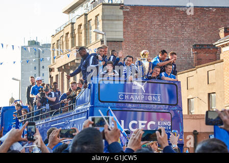 Leicester, UK. 16th May, 2016. Leicester City Football Club victory parade on London Road. Crowds of supporters - Stock Photo