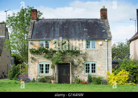 Cottage in spring. Willersey, Gloucestershire, England - Stock Photo