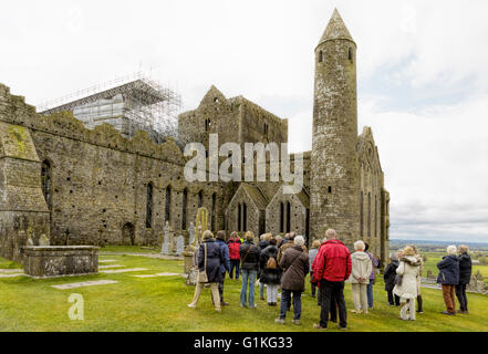 Guided tour at the Rock of Cashel, Cashel, County Tipperary,  Province of Munster, Republic of Ireland, Europe. - Stock Photo