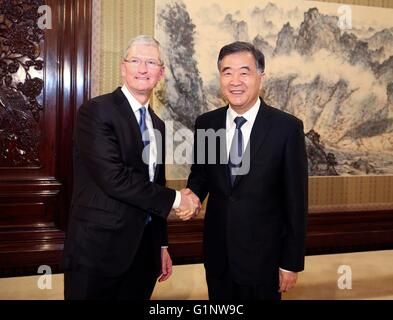 Beijing, China. 17th May, 2016. Chinese Vice Premier Wang Yang (R) meets with Apple Chief Executive Officer Tim - Stock Photo