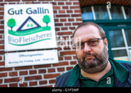 Gallin, Germany. 18th May, 2016. The organic farmer and Gallin director of produce Jens Rasim, before his organic - Stock Photo