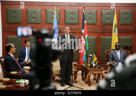Nairobi, Kenya. 18th May, 2016. Achim Steiner (C), Executive Director of the United Nations Environmental Program - Stock Photo