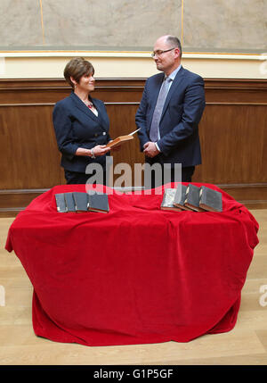 Rostock, Germany. 18th May, 2016. Library head Robert Zepf (R) hands over stolen books from the inventory of the - Stock Photo