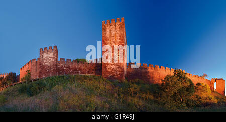 Portugal, Algarve: Nocturnal view of the moorish castle of Silves - Stock Photo