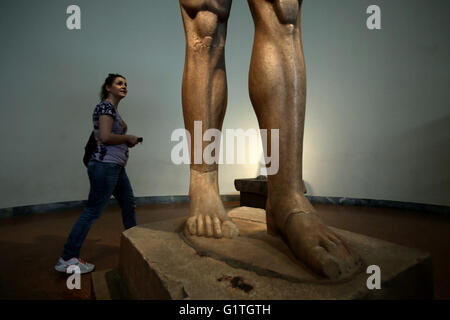 Athens, Greece. 18th May, 2016. Visitors next to an over-life size scale, Kouros statue (600 BC) at the National - Stock Photo