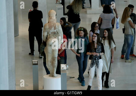 Athens, Greece. 18th May, 2016. Visitors at the hall with ancient Greek sculptures at the Athens Acropolis museum. - Stock Photo