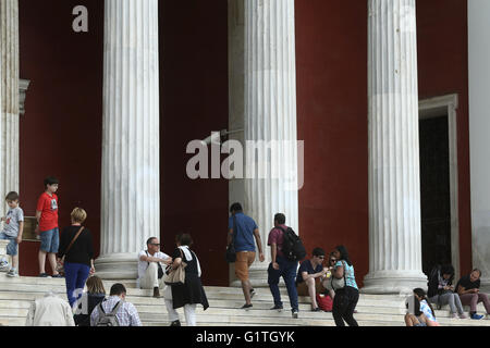 Athens, Greece. 18th May, 2016. Visitors enter at the National Archaeological Museum. The worldwide community of - Stock Photo