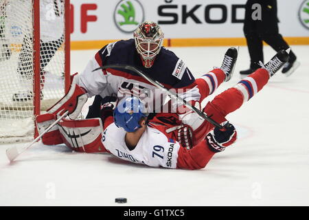 Moscow, Russia. 19th May, 2016. Omas Zohorna of the Czech Republic (Down) runs into Keith Kinkaid of the US during - Stock Photo