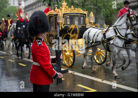 LONDON - MAY 18, 2016: Guard stands at attention as the horse-drawn Diamond Jubilee State Coach carrying Queen Elizabeth - Stock Photo