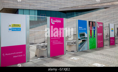 Construction site instructions. Building Site Hoardings and fence line outside Pier Head Museum, Liverpool, Merseyside, - Stock Photo