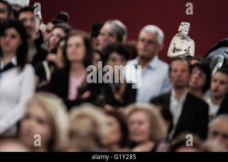 Athens, Athens. 18th May, 2016. The marble statue, Aphrodite of the Syracuse, is seen behind a group of visitors - Stock Photo