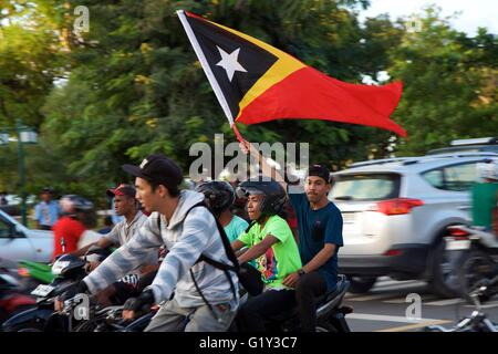 Dili, Timor-Leste. 20th May 2016. Youths wave the Timorese flag in celebration of the restoration of independence. - Stock Photo