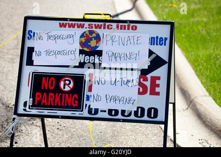 Warning sign at Paisley Park's adjacent business to not fill their parking lot or trespass.  Studios Chanhassen - Stock Photo