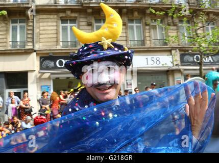 Brussels. 21st May, 2016. A performer takes part in the biyearly Zinneke Parade under the theme 'Fragil' in Brussels, - Stock Photo
