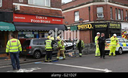 Portsmouth, Hampshire, UK. 22nd May, 2016. Police cordoned off one lane in Kingston Road in Portsmouth after a car - Stock Photo