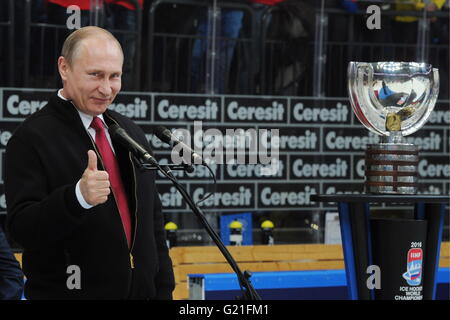 Russia's President Vladimir Putin thumbs up as he speaks during an awards ceremony following the 2016 IIHF World - Stock Photo