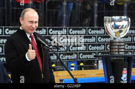 Moscow, Russia. 22nd May, 2016. Russian President Vladimir Putin gives a thumbs up during the award ceremony for - Stock Photo