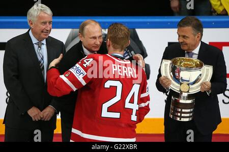 Moscow, Russia. 22nd May, 2016. Russian President Vladimir Putin congratulates Canadian Captain Corey Perry after - Stock Photo