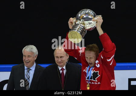 Moscow, Russia. 22nd May, 2016. Corey Perry (right) holds the trophy after winning the Ice Hockey World Championships - Stock Photo