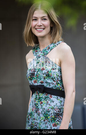 London, UK. 23 May 2016. Actress Rosamund Pike. Press day at the RHS Chelsea Flower Show. The 2016 show is open - Stock Photo