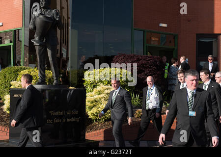 Brendan Rodgers is greeted by crowds of Celtic fans at Celtic Park, Glasgow, Scotland, UK. 23rd May, 2016. Thousand - Stock Photo