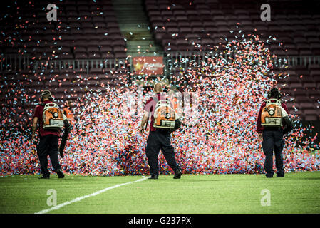 Barcelona, Catalonia, Spain. 23rd May, 2016. FC Barcelona's technical staff combats confetti with leaf blowers in - Stock Photo