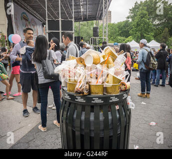 An overflowing trash can in Union Square in New York on Sunday, May 22, 2016. (© Richard B. Levine) - Stock Photo