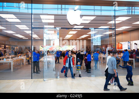 People shopping at Apple store, Yorkdale shopping centre, Toronto, Ontario, Canada - Stock Photo