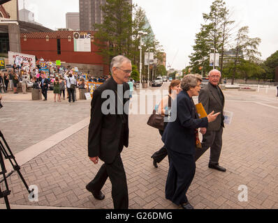 Dallas, Texas, USA. 25th May, 2016. Interfaith Center on Corporate Responsibility (ICCR) cross the street to the - Stock Photo