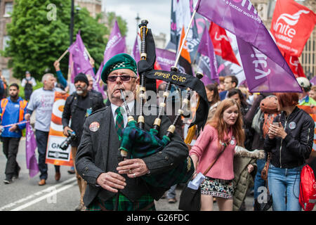 London, UK. 25th May, 2016. A bagpiper leads hundreds of steelworkers marching through Westminster to maintain the - Stock Photo
