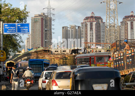 INDIA Mumbai , suburb Kandivli, heavy traffic during rush hour, construction of flyover for city highway, apartment - Stock Photo