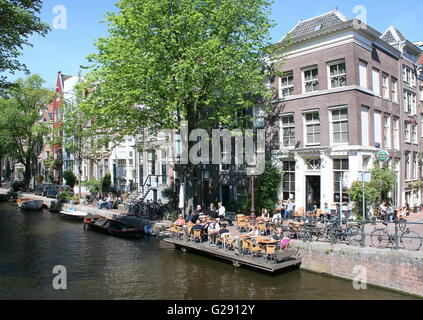 People drinking on canal terrace at Café 't Smalle Drinken, Egelantiersgracht canal, downtown Amsterdam, Jordaan - Stock Photo