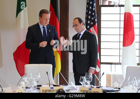 British Prime Minister David Cameron, left, speaks with French President Francois Hollande before the start of round - Stock Photo