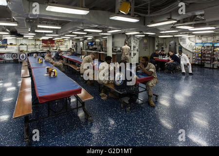 New York, USA. 27th May, 2016. New York, USA. 27th May, 2016. Photo taken on May 27, 2016, shows the soldier dinning - Stock Photo