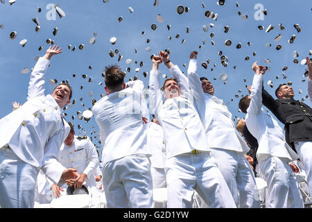 Annapolis, Maryland, USA. 27th May, 2016. Newly commissioned officers from the U.S. Naval Academy Class of 2016 - Stock Photo