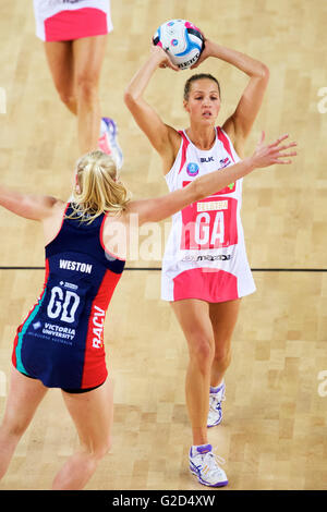 Melbourne, Victoria, Australia. 28th May, 2016. ERIN BELL of the Adelaide Thunderbirds looks to pass the ball during - Stock Photo