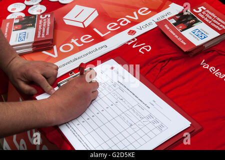 NHS pamphlet on table, as petitioner signs document in Greater Manchester, UK: 28th May, 2016. In the last few weeks - Stock Photo