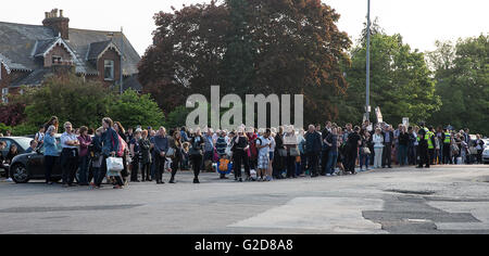 Salisbury, UK. 28th May, 2016. The public were evacuated from Salisbury Station when a trackside fire prevented - Stock Photo