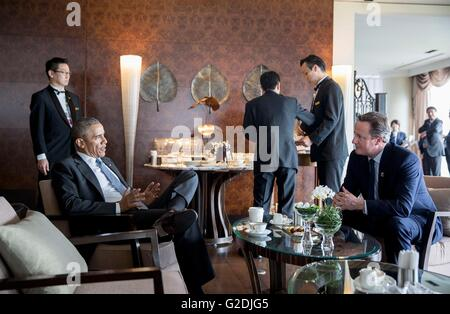U.S President Barack Obama talks with British Prime Minister David Cameron at the Bay Suites during a coffee break - Stock Photo