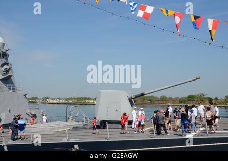 New York, USA. 27th May, 2016. fleet week 2016 new york brooklyn New York uss bainbridge sailors touring tourists  flags Credit:  simon leigh/Alamy Live News