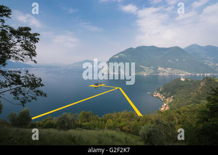 Swimming pontons are placed between the islands for Christo's project 'The floating piers' on Lake Iseo in Italy - Stock Photo