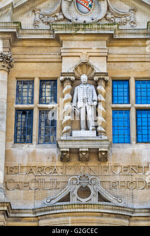 CECIL RHODES THE STATUE AT THE FRONT OF ORIEL COLLEGE OXFORD SEEN FROM THE HIGH STREET - Stock Photo