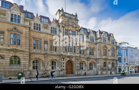 THE STATUE OF CECIL RHODES HIGH OVER THE MAIN DOOR LOOKS DOWN FROM THE FRONT OF ORIEL COLLEGE OXFORD SEEN FROM THE - Stock Photo