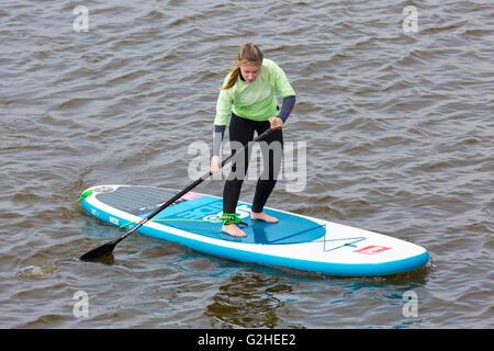 Bournemouth, Dorset, UK 30 May 2016. UK weather: Paddleboarder at Boscombe on an overcast Bank Holiday Monday Credit: - Stock Photo