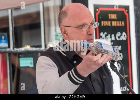 Harmondsworth, London, UK. 30th May, 2016 John Stewart of HACAN holds up one of the many 'gifts' for Heathrow on - Stock Photo
