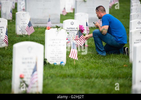 Arlington National Cemetery, Virginia, USA. 30th May, 2016. U.S. Coast Guard Petty Officer First Class Sam Allen - Stock Photo