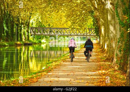 cyclists on the towpath beside the Canal de Garonne near Marmande, Lot-et-Garonne Department, Aquitaine, France - Stock Photo