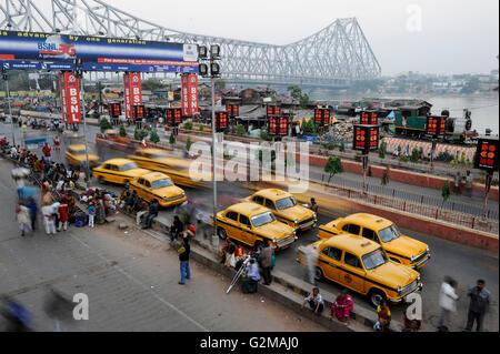 INDIA Westbengal Calcutta Kolkata , waiting yellow HM Ambassador cabs infront of Howrah railway station, view to - Stock Photo