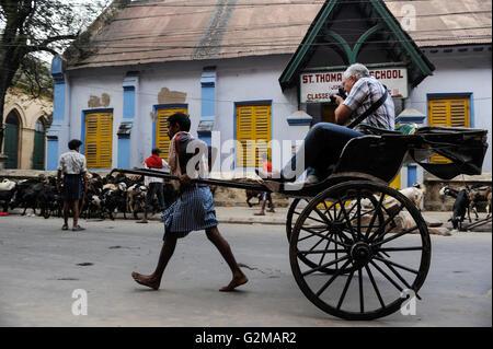 INDIA Westbengal, Kolkata, rickshaw kuli and tourist with camera / INDIEN, Westbengalen, Kolkata, Rikscha Kuli und - Stock Photo