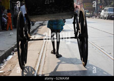 INDIA Westbengal, Kolkata, man-powered rickshaw / INDIEN, Westbengalen, Kolkata, handgeszogene Rikscha, die Arbeit - Stock Photo